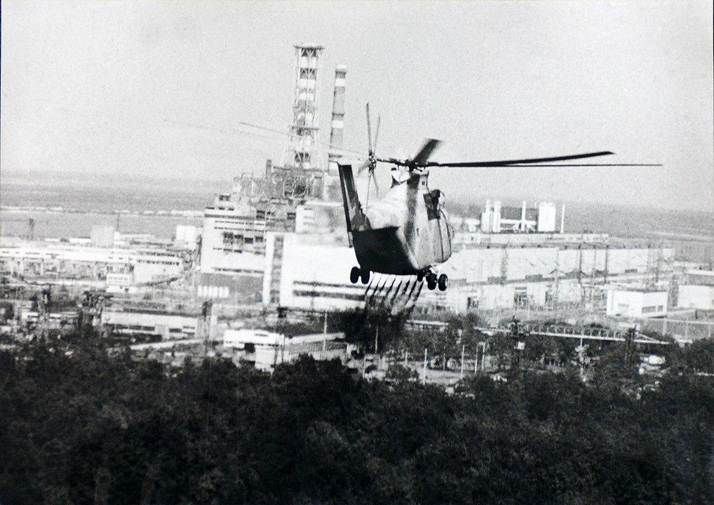 Helikopter rozpyla ciecz odkażającą w pobliżu czarnobylskiego reaktora. Czarnobyl, Ukraina, 1986